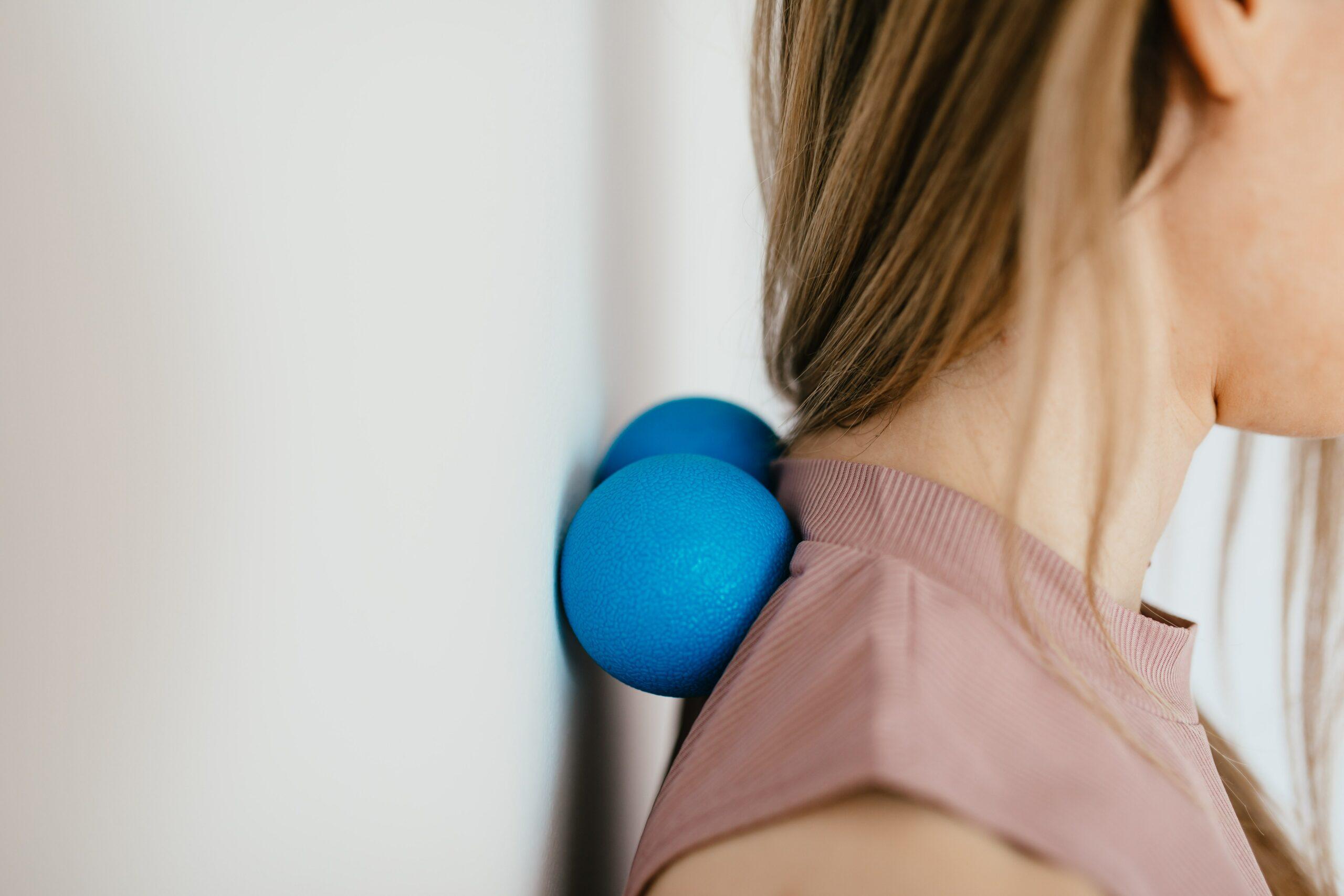 Zelf je nek en schouders masseren met een tennisbal